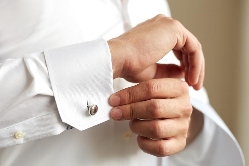 1ef142b2229cf 目立つ柄のシャツはNGですが、見る角度によってさりげない模様がうっすら浮かぶ織り柄ならOKです。ただし、格式の高い結婚式や、年配や目上の人が多い結婚式では、白色  ...