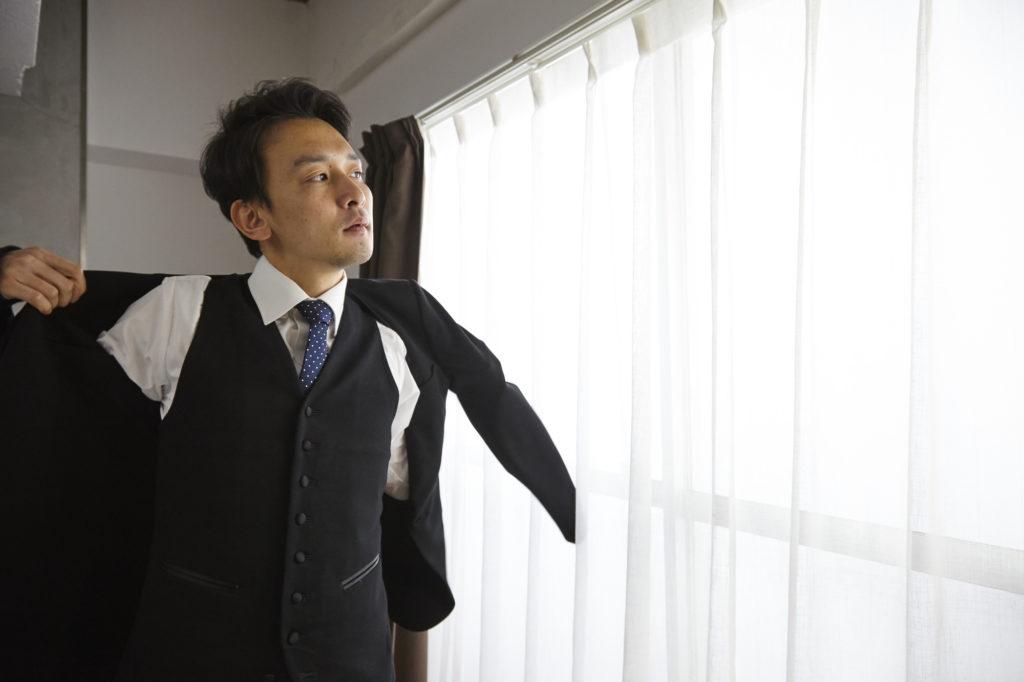b256a4b958e46 結婚式に出席する際は服装のマナーを守ることが重要です。結婚式のマナーでは、ベストを着用してもいいのでしょうか。しかし、一概にスーツやベストといっても、  ...