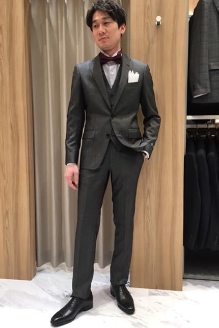 ビジネスでも着用できる、シルクブレンドスーツをドレススタイル